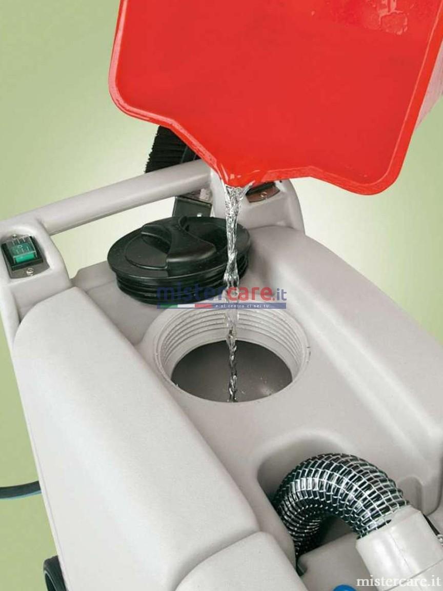 I 20 litri di capacità del serbatoio soluzione detergente assicurano autonomie lunghissime, dato il ridotto consumo tipico dei sistemi a schiuma