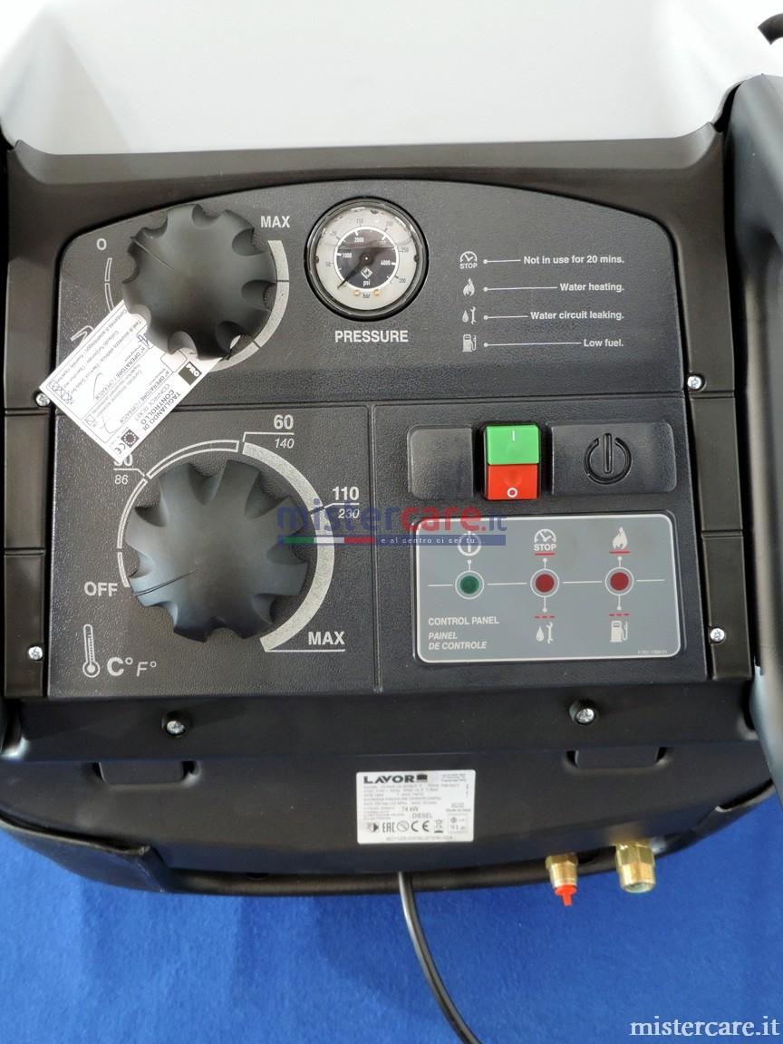Quadro di comando con: interruttore di accensione, termostato di regolazione temperatura e accensione bruciatore, manometro di pressione, rubinetto detergente