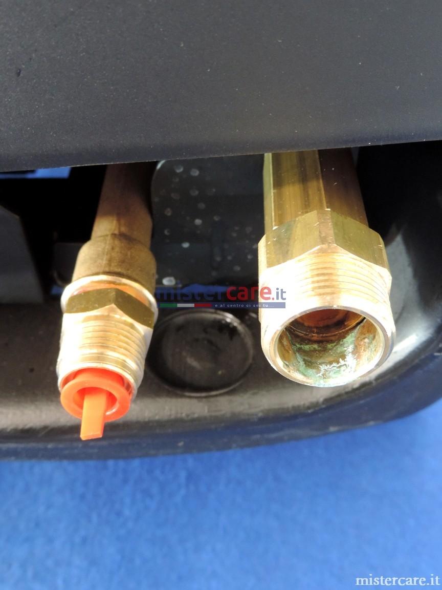 Attacco di entrata acqua da 3/4 (resca portagomma in dotazione) ed uscita alta pressione